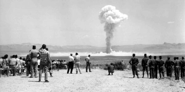 对于初入核门槛的国家,核试验是绕不过去的一道坎。这是1951年1月27日内华达核试验场的第一次核爆,这里离拉斯维加斯只有一小时车程