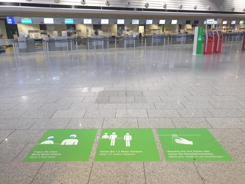 ▲法兰克福机场安检口提醒旅客排队保持距离的标识