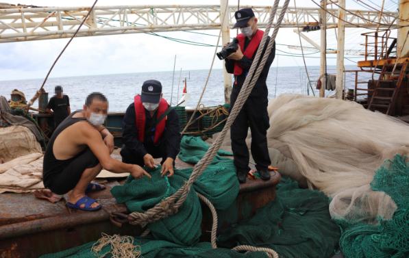 海南三沙:南沙海域非法捕捞 渔船被查获图片