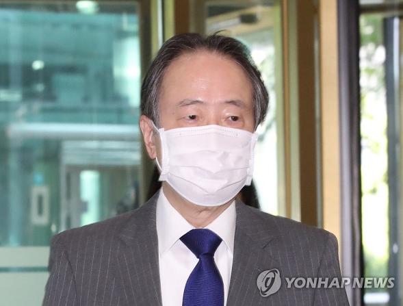 △日本驻韩大使抵达韩国外交部大楼(图片来源:韩联社)