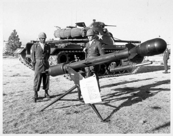 最小威力的战术核武器可能是这个名为David Crockett的核无后坐力炮,弹头当量只有10-20吨,射程2-4公里,用于在富尔达山口阻击进攻西欧的苏联坦克