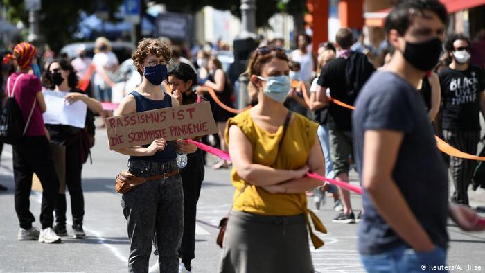 ▲柏林近日取消了新冠病毒相关游行示威的人数限制,但人们仍被要求彼此保持至少1.5米的距离。图据DW