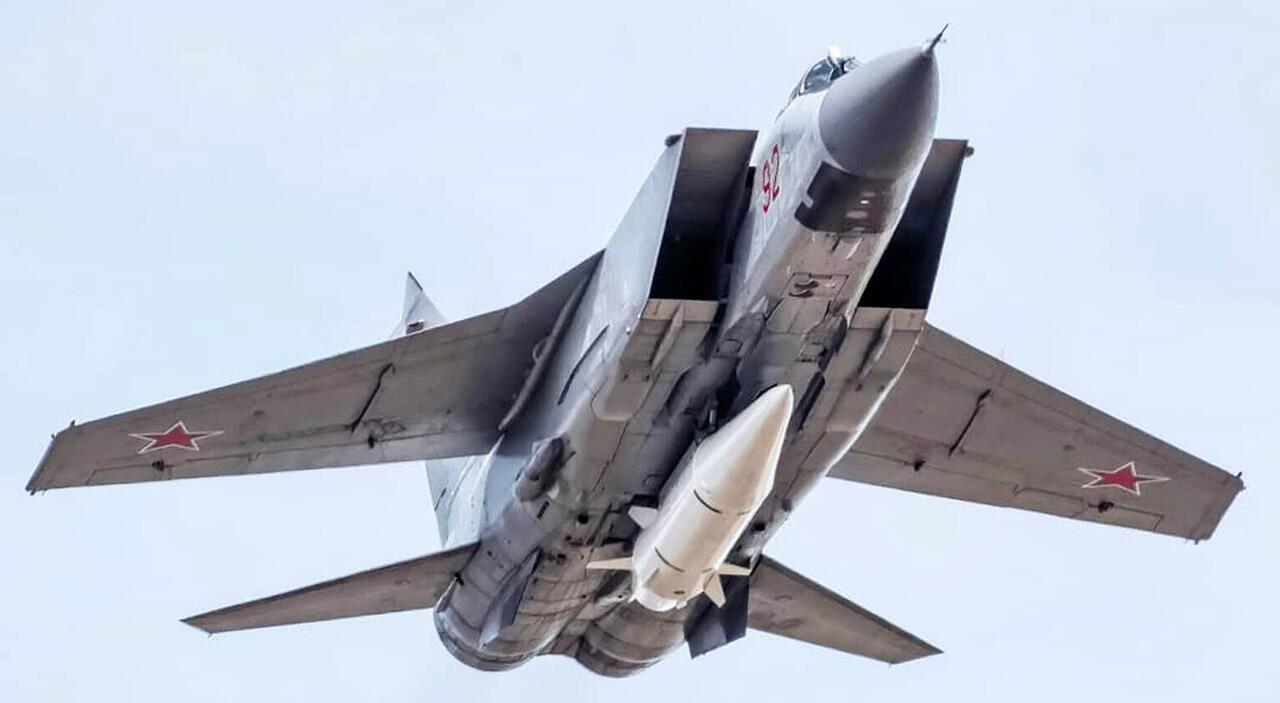 """挂载""""匕首""""高超音速导弹飞行的俄罗斯米格-31K战斗机"""