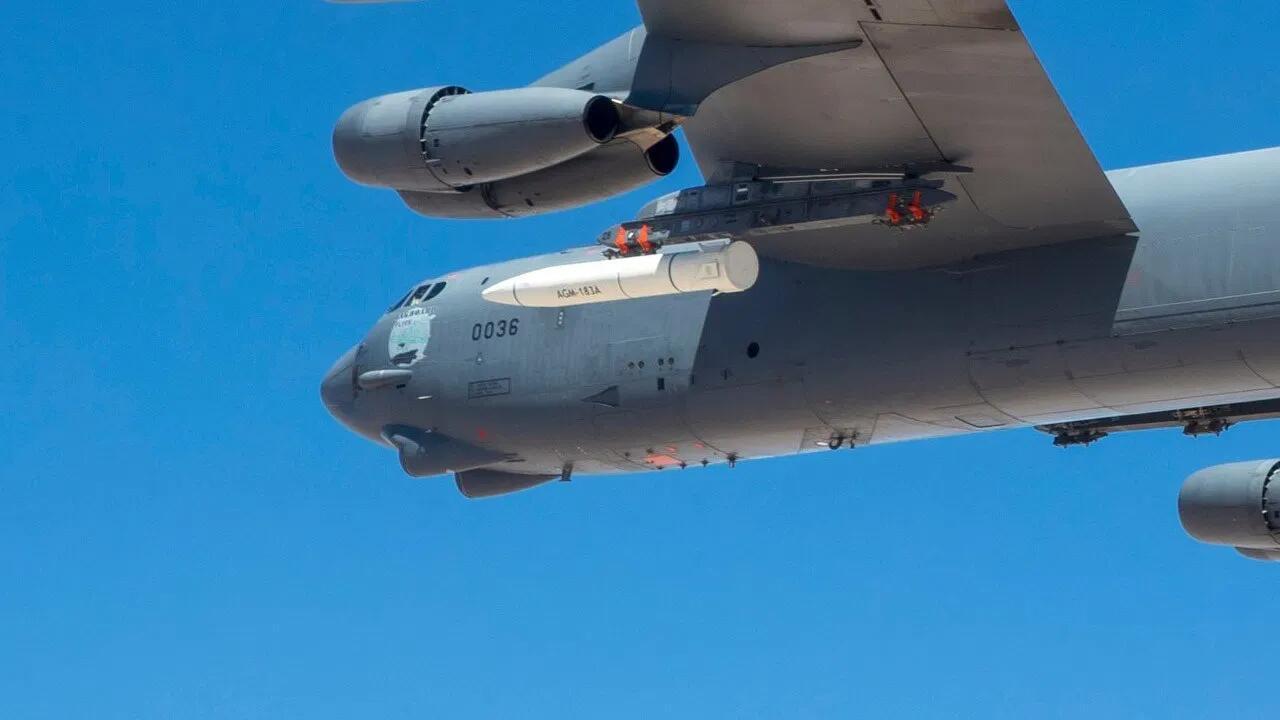 美军轰炸机挂载高超音速导弹飞行