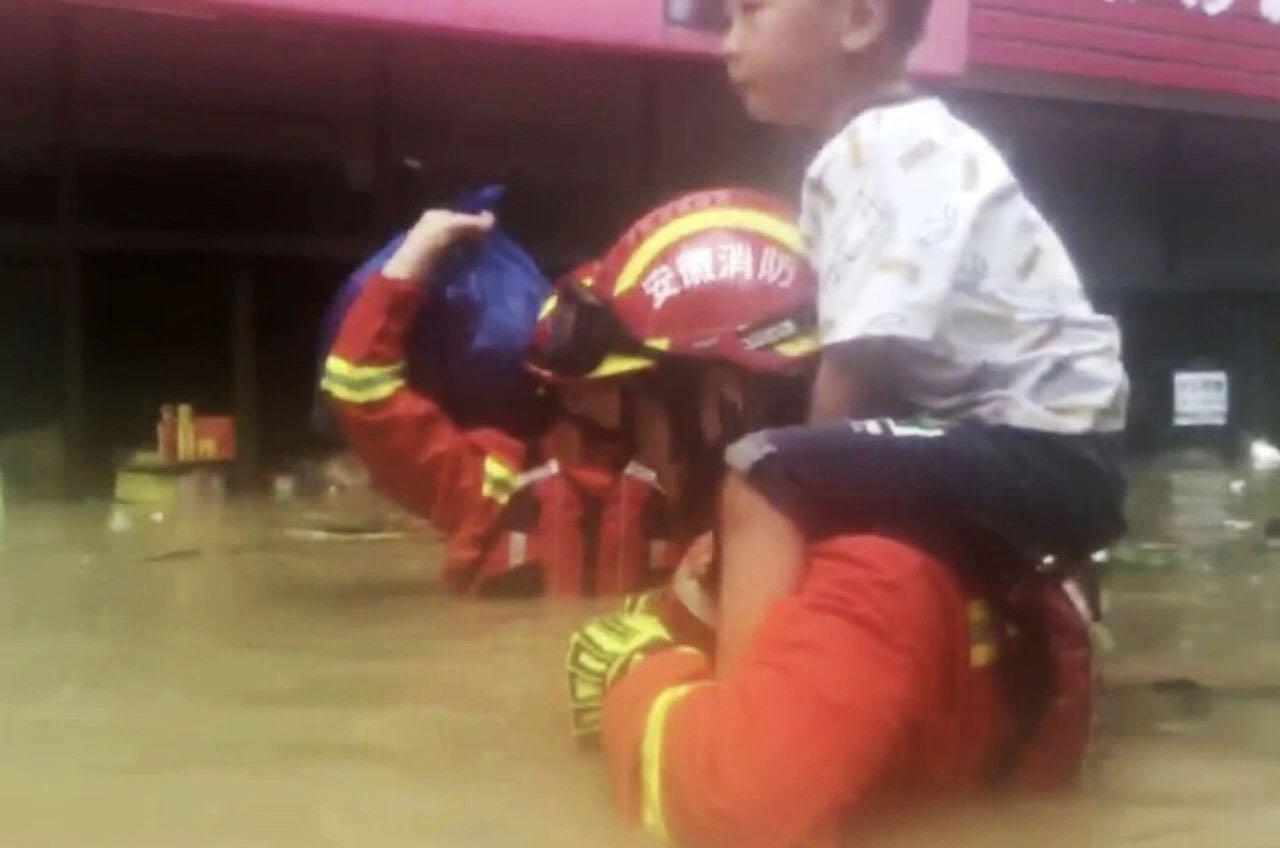 暴雨致合肥一小区严重积水 消防转移疏散45人图片