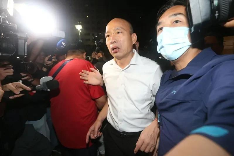 图为韩国瑜接获新闻赶到殡仪馆(图源:团结消息网)