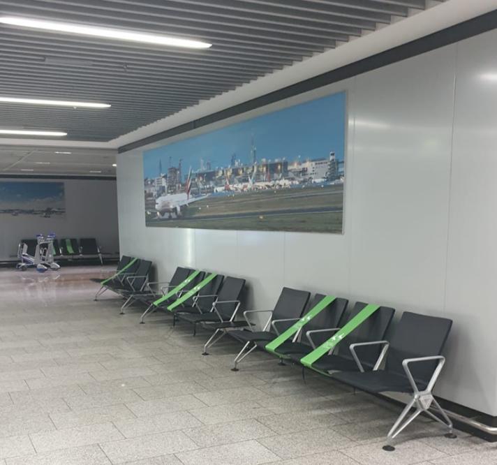 ▲法兰克福机场候机区座位保持安全距离