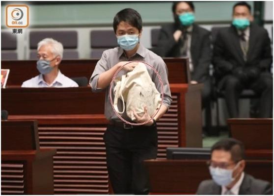 """3名反对派议员在香港立法会扔""""臭弹"""",立法会主席梁君彦:决定追收清洁费图片"""