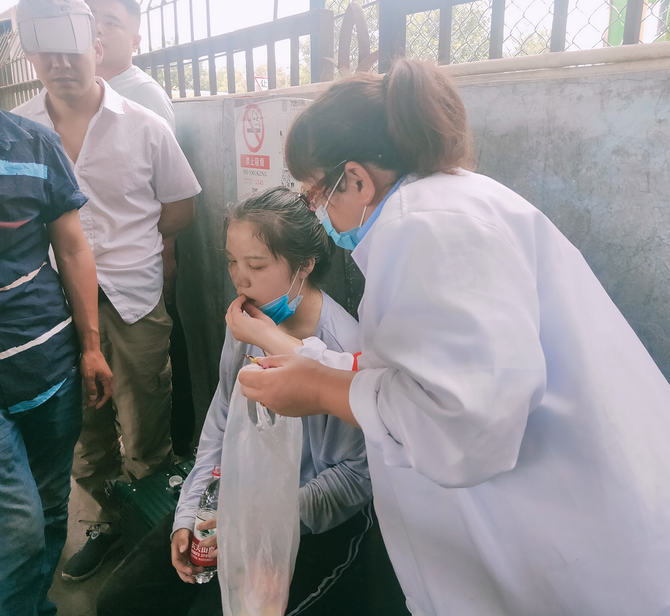 人民交通|乘客站台突然晕倒 公交员工及时救助图片