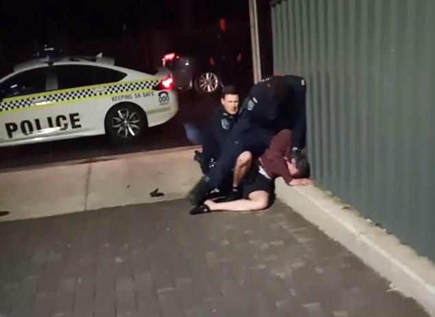 澳大利亚警方对土著男子施暴。(视频截图)