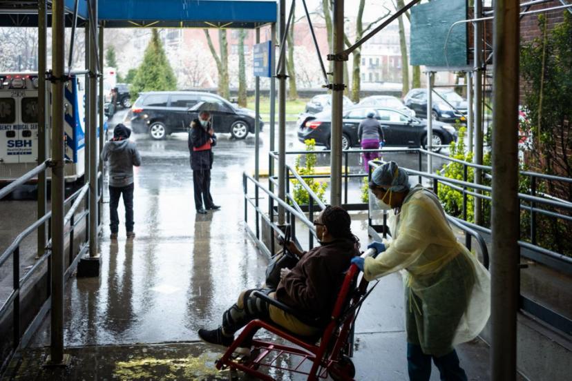 △纽约布朗克斯一家医院,医护工作者在照顾轮椅上的病患。(图片来源:Politico)