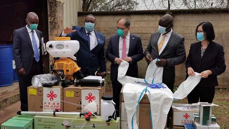 中国向非洲埃塞俄比亚、肯尼亚和乌干达三国援助蝗灾防控物资图片