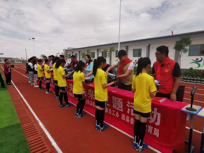 富民新村小学里的足球赛图片