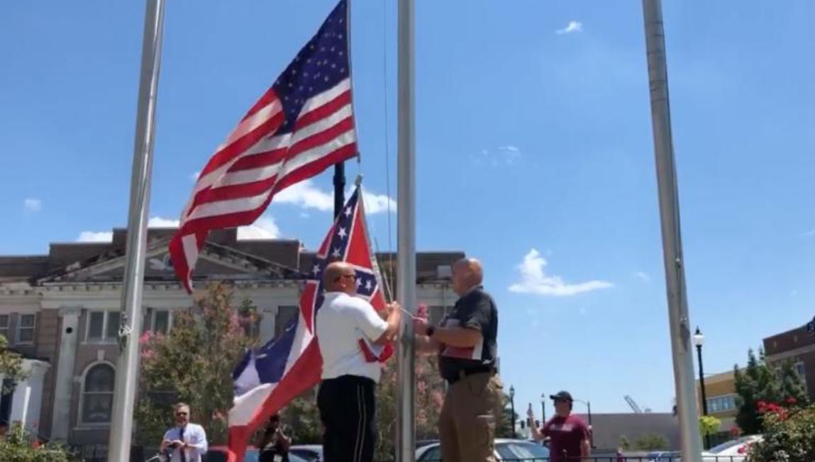 格尔夫波特市降下州旗(图源:Facebook)