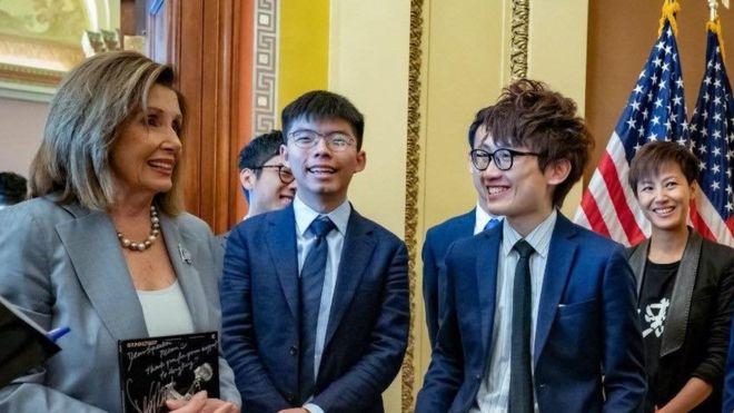 敖卓轩(右)和黄之锋(中)在美众议院院长佩洛西面前 图片来源:社交媒体