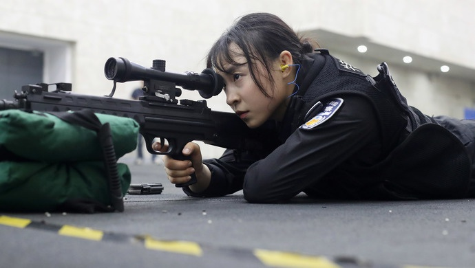 「杏悦登录」女特警突破重围斩杏悦登录获上海公安狙击图片