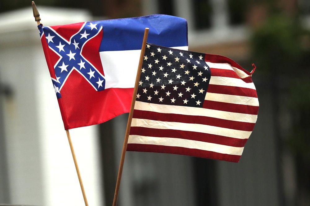 左为密西西比州州旗(图源:美联社)