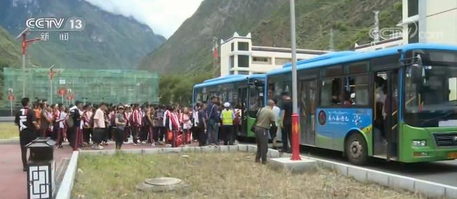 四川甘孜:暴雨引发泥石流 816名学生紧急撤离图片