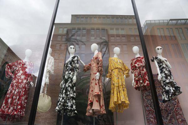图说:5月6日,在美国首都华盛顿,一家时装店因新冠疫情暂时关闭。新华社记者 刘杰 摄
