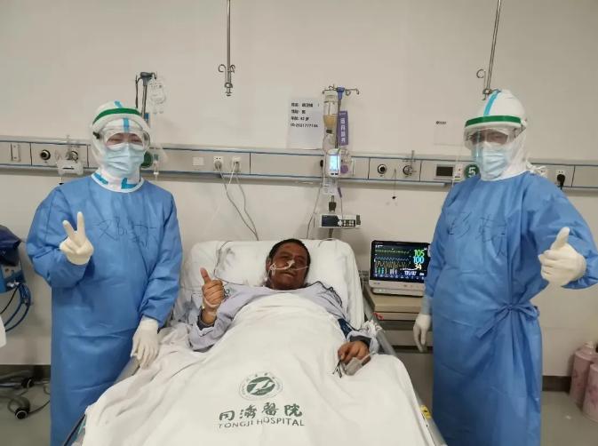 ▲4月20日胡卫锋在武汉同济医院中法新城院区重症病房 来源:央视新闻