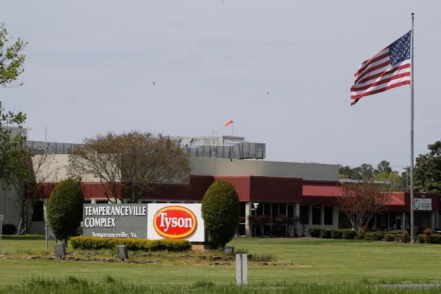 今年5月,美国泰森食品工厂约2000名员工感染新冠病毒。泰森食品公司是全球最大鲜鸡肉、牛肉和猪肉加工商之一图据新华社