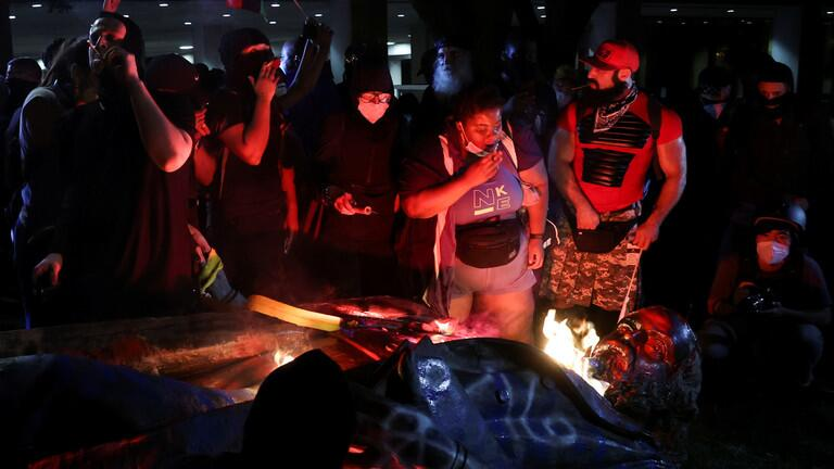 示威者做了这件事后 特朗普怒了:立即逮捕 国家耻辱
