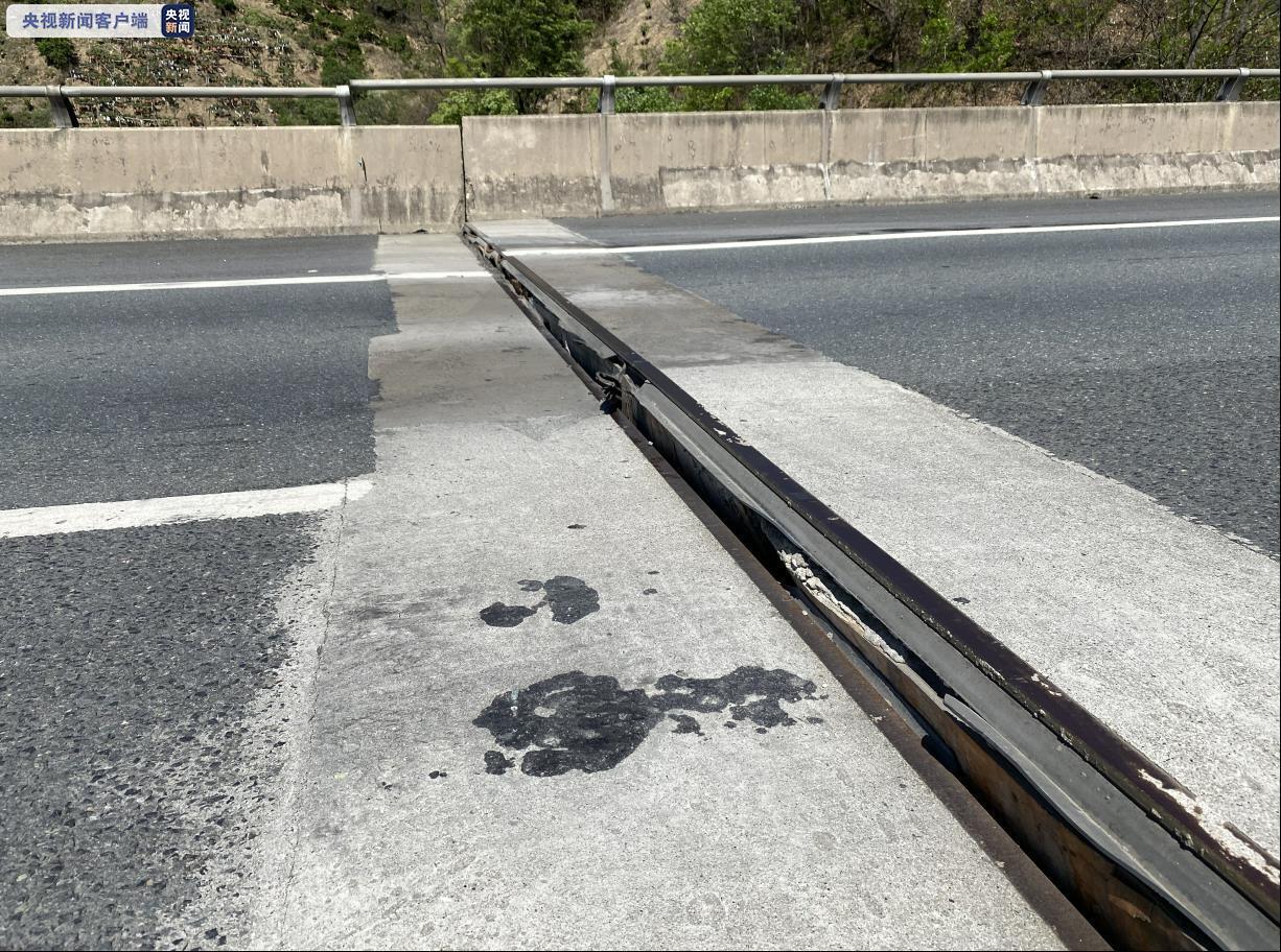 四川攀西高速一桥梁出现错层 目前已实行交通管制图片