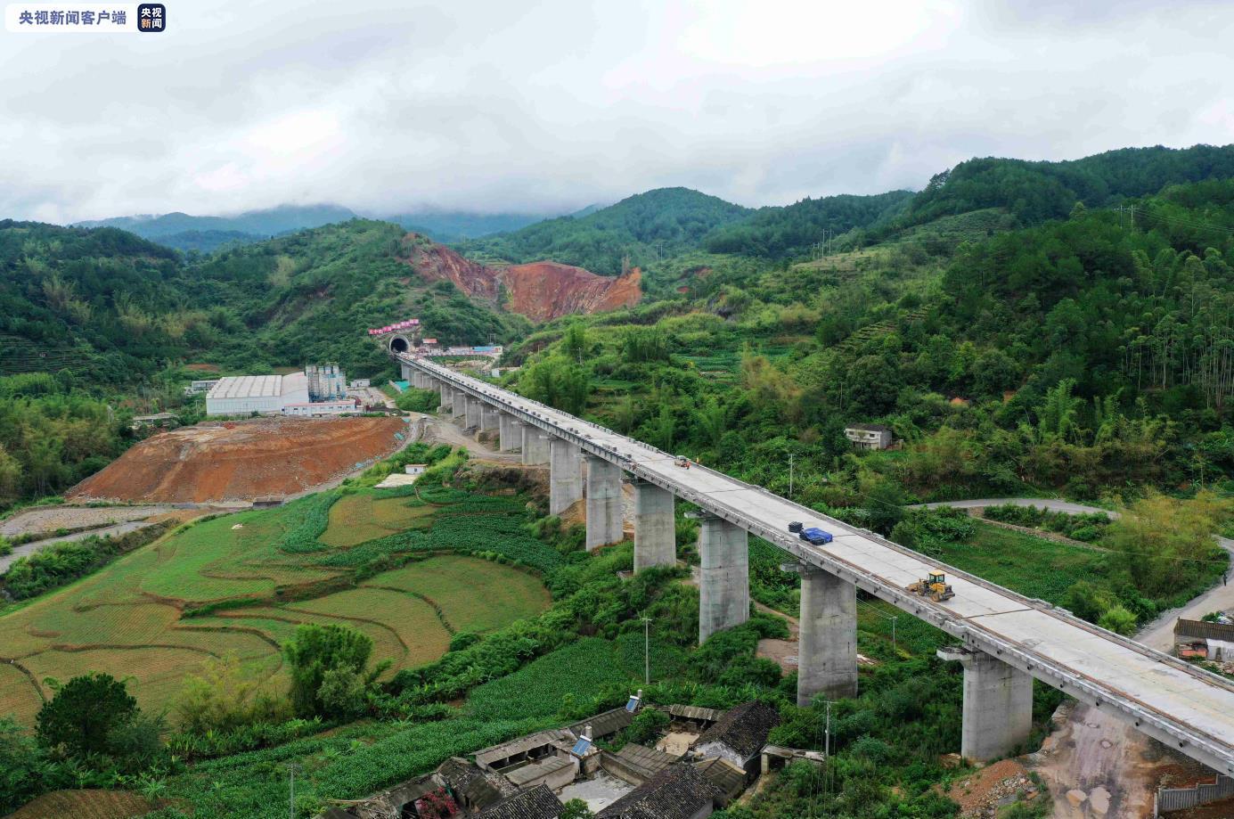 中老昆(明)万(象)铁路和平隧道贯通 预计明年全线建成通车图片