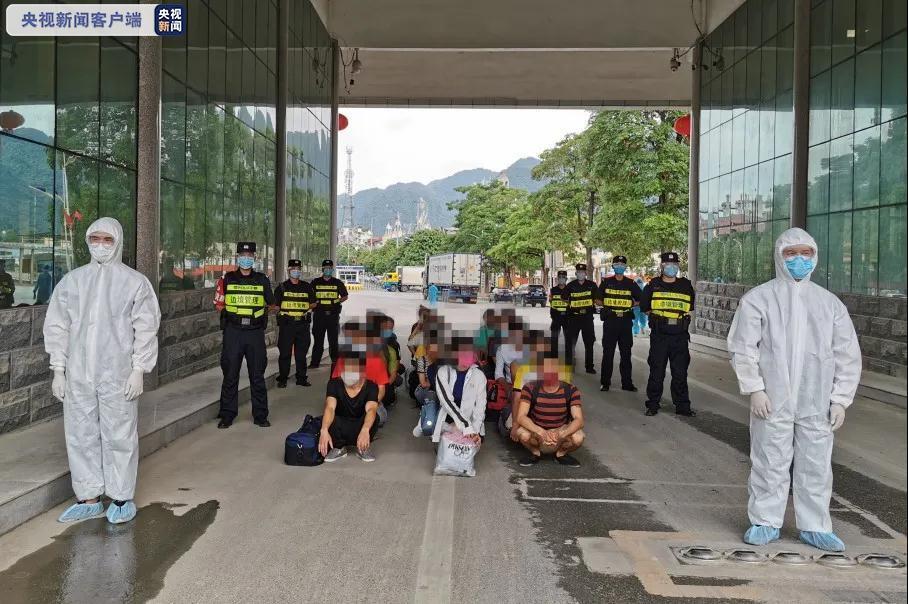22名非法入境走私外籍人员结束刑期被遣送出境图片
