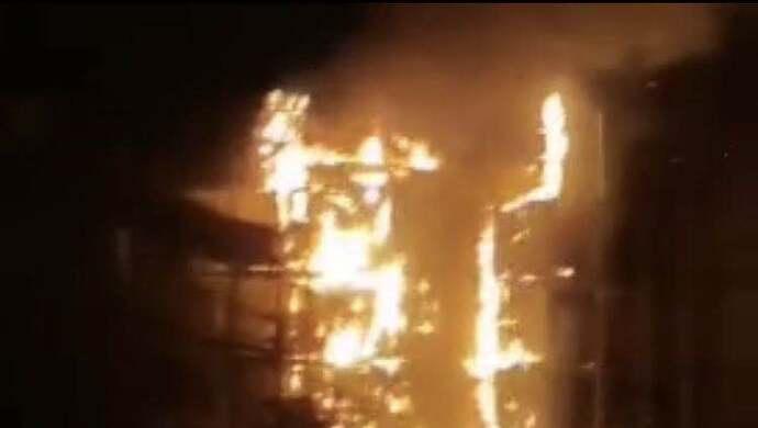 上海天山支路一居民楼脚手架起火,现已扑灭,无人员伤亡图片