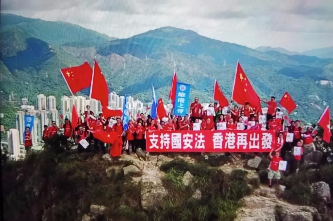 △21日,香港市民整体登上狮子山