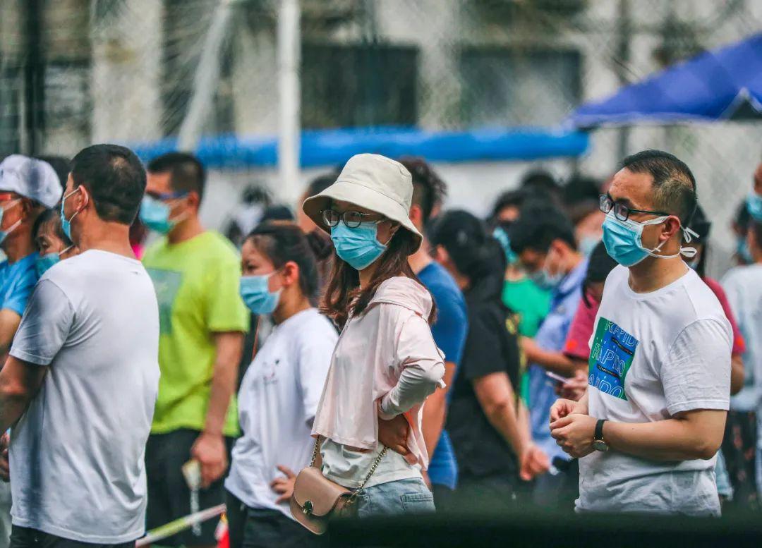 6月17日,北京新发地市场相干重点地区和重点人群的应检职员在丰台区方庄体育公园担当新冠肺炎病毒核酸检测。应检职员列队守候举行检测。拍照/本刊记者 贾天勇