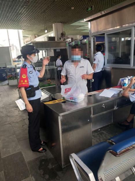 人民交通| 海南海口火车站铁警帮助找回急救药品图片