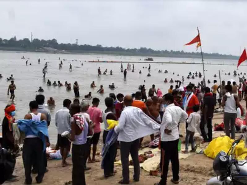 日食到来这天,不少印度民众扎堆下河洗澡祈求好运。(图源:印度时报)