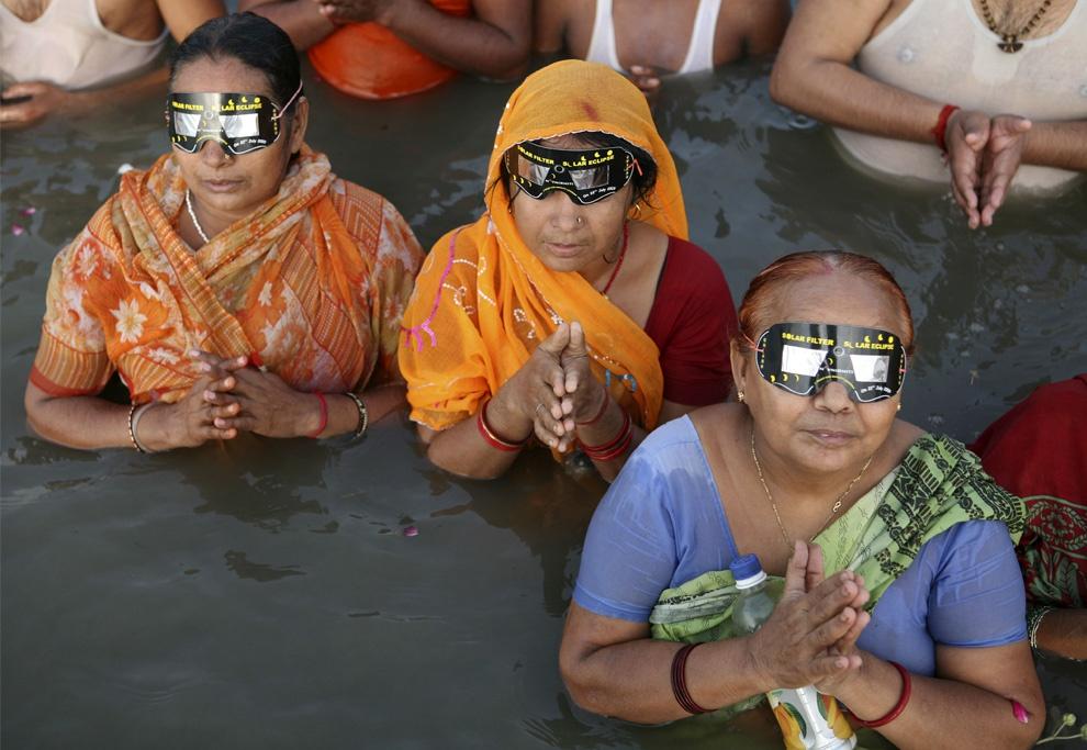 按照印度的习俗,日食到来这天在河中沐浴,能为自己和家人祈福。(资料图:路透社)