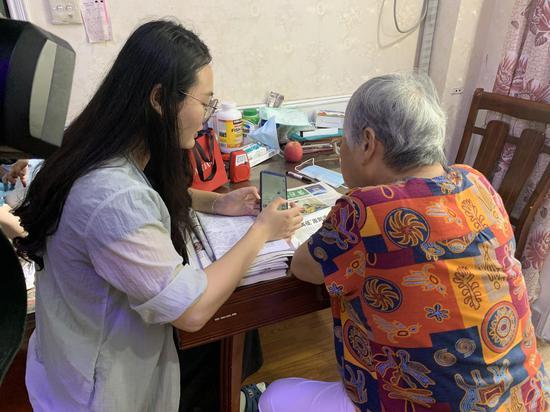 余媛媛教老人如何使用微信。 应欣睿 摄