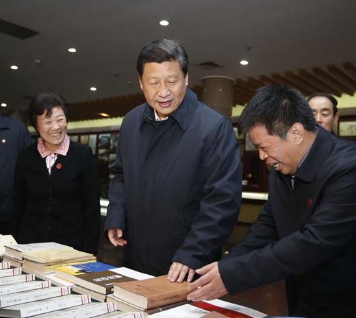 2013年11月24日至28日,中共中心总书记、国度主席、中心军委主席习近平在山东观察。这是11月26日上午,习近平在孔子研究院观光观察。新华社记者鞠鹏摄