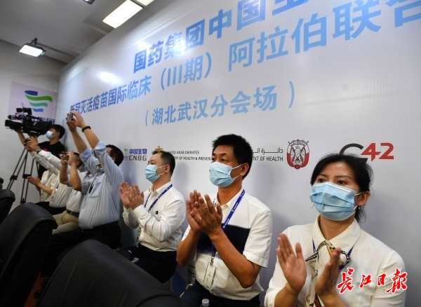 中方相干职员见证互助协议签订 记者高勇 摄
