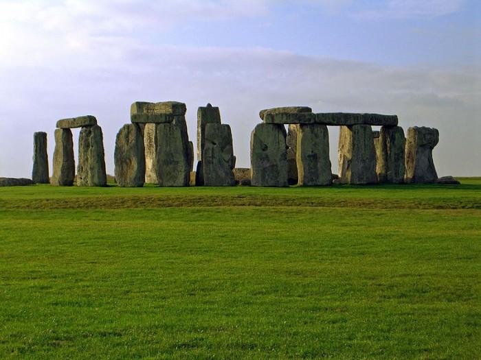 考古学家在巨石阵附近发现巨大的史前竖井圈