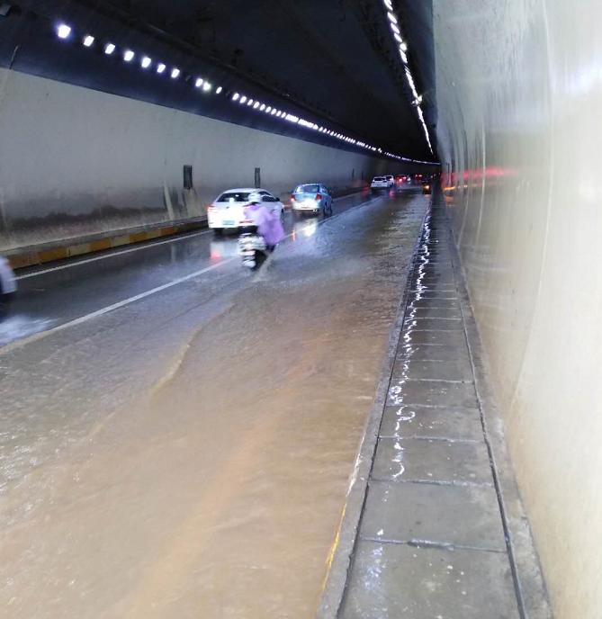 摩天测速:黄石西摩天测速塞山交巡警冒图片