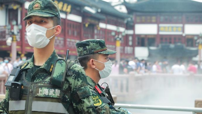 端午期间在上海游玩时边走路边玩手机,可能会被武警战士这样提醒……图片