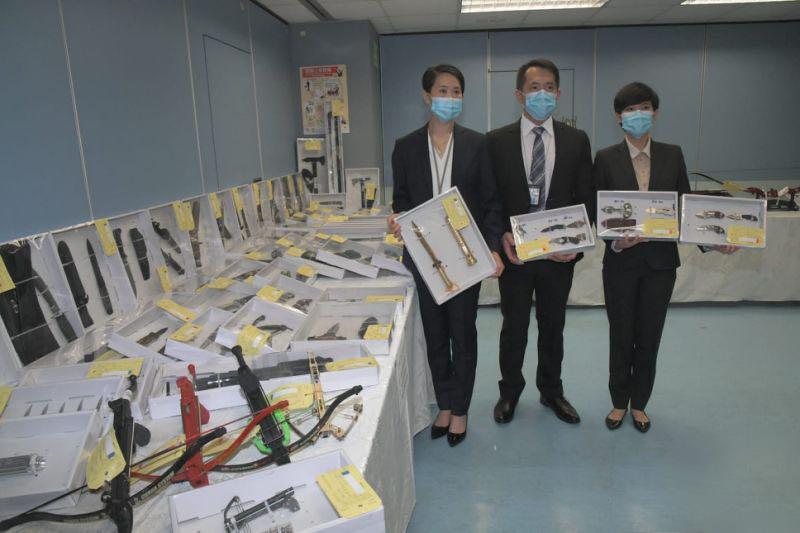 香港警方拘捕一名55岁男子 检获逾562件违禁武器图片