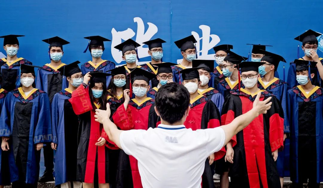 6月11日,湖北武汉华中科技大学校园内,先生构造毕业生拍摄毕业照。6月中旬,武汉高校毕业生连续返校,在学校短停息留后将很快脱离校园。图/IC