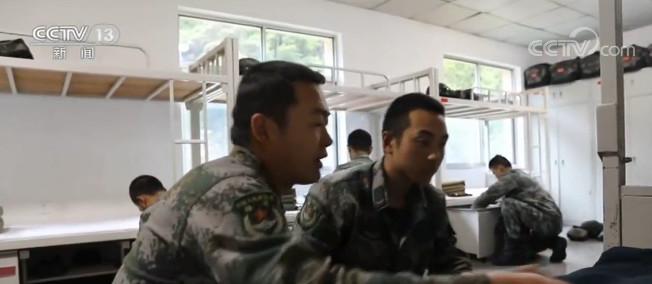 [天富官网]端午佳节天富官网边防官兵踏雪巡逻守家国图片