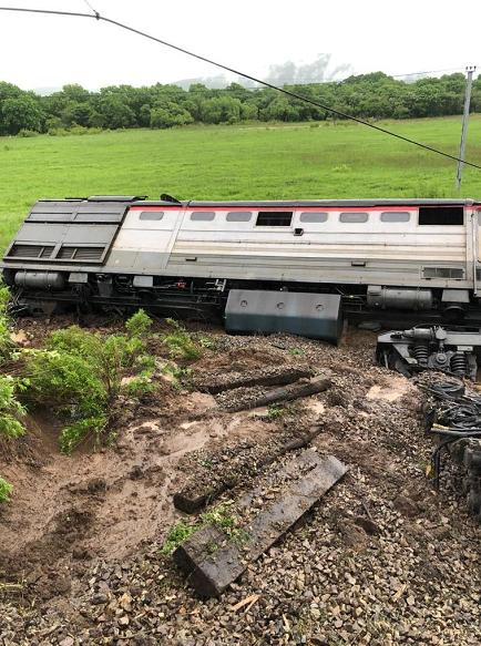 △脱轨的列车车厢(图片来源于俄罗斯媒体)