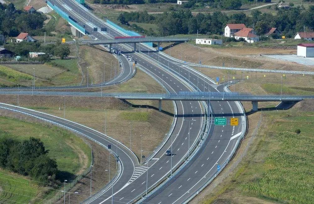 天富官网尔维亚E76天富官网3高速公路项目组铸图片