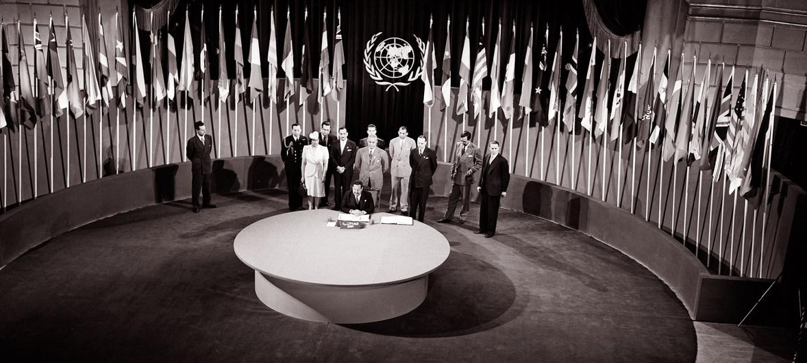 """△图为1945年6月26日,《联合国宪章》签字仪式在美国旧金山""""老兵战争纪念馆""""举行。来源:联合国。"""