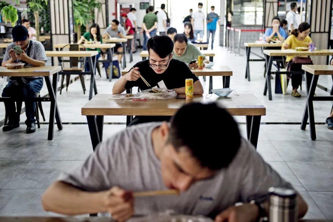6月8日,武汉大学迎来首批返校毕业生。学生们就餐时保持安全距离。图/IC