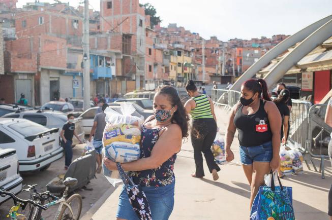 △圣保罗州居民领取救济物品(图片来源:圣保罗州报)