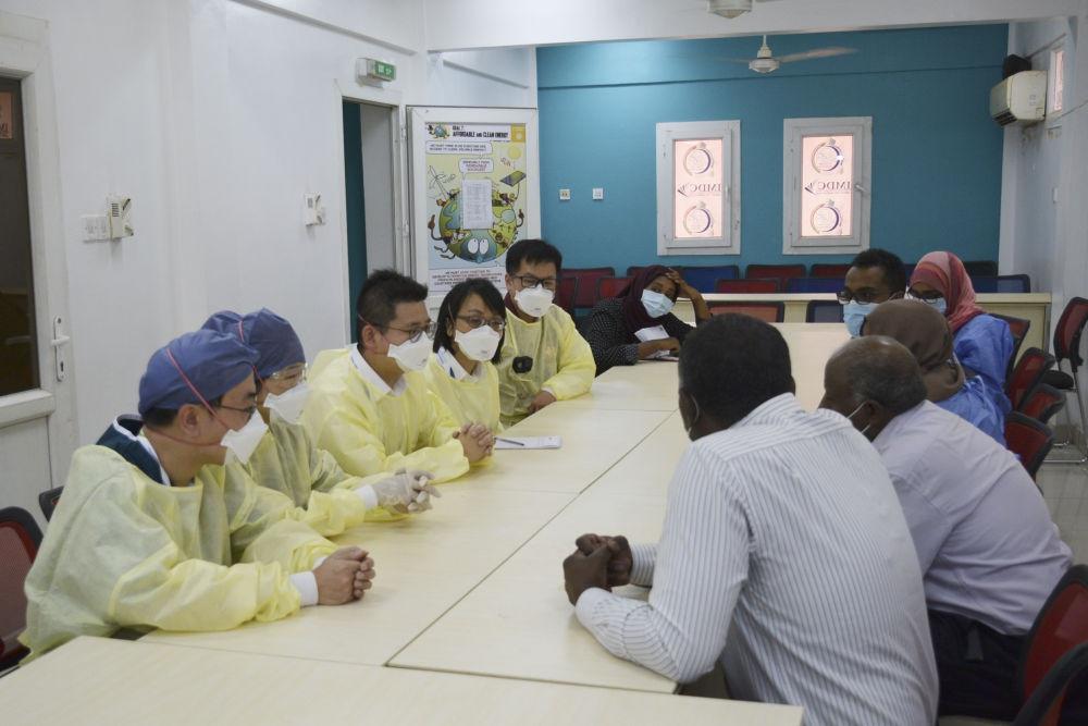 6月2日,在苏丹喀土穆的易卜拉欣·马利克讲授医院,中国抗疫医疗专家构成员同苏丹医务事情者交换。新华社记者马意翀摄